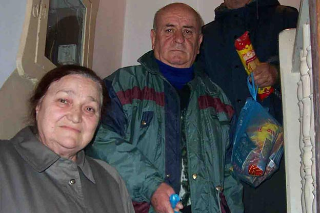 Giving food to pensioners who struggle to make ends meet